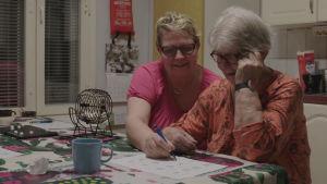 Teija pelasi bingoa äitinsä Riitan kanssa.