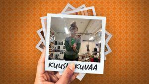 Taitelija Ulla Jokisalo työhuoneellaan kuluneen peilin kautta otetussa selfiessä. Etualalla työpöytä, takana seinällä valokuvia.
