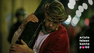 Waltteri Torikka kantaa ristiä Jeesuksena Via Crucis -esityksessä