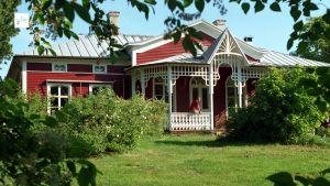 Kuvassa Strömsö-ohjelman kuvauspaikkana toimiva punainen puurakennus.