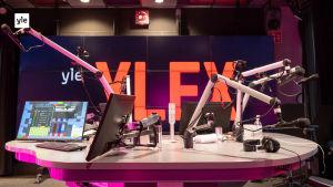 Kuvassa YleX:n radiostudio tyhjillään.