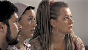 Meri Jansson (Tiina Pirhonen), Sarema Kusajev (Elvira Nisametdin) ja Ramzan Kusajev (Ruslan Susi) sarjassa Poikkeustila