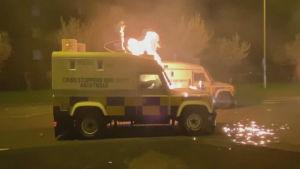 Polisbilar stacks i brand i Nordirland