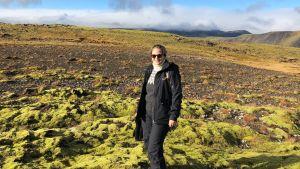 Kapellimestari Eva Ollikainen seisoo islantilaisessa maisemassa.
