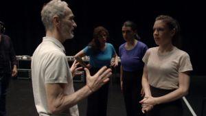 Koreografi Angelin Preljocaj antaa viimeisiä neuvoja tanssijoille ennen ensi-iltaa. Kuva dokumentista Tanssien vapauteen