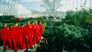 Biosfääri 2 -kokeen kahdeksan osallistujaa poseeraavat. Kuva dokumenttielokuvasta.