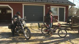 Johan Lindberg och Mona Söderblom gör sig klara att starta med sina motorcyklar och mopeder