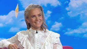 Kristiina Komulainen istuu Puoli seitsemän ohjelman studiossa sohvalla.