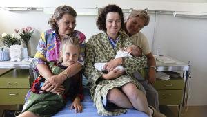 Milka Joensuu (Eeva), Helena Itkonen (mummo), Lena Labart (äiti), Matti Salo (vauva) ja Eero Saarinen (isä) nuortenelokuvassa Eeva.