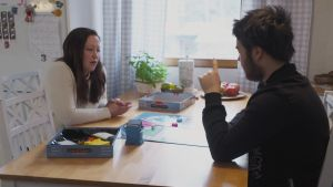 Stefano ja Jenny pelaavat lautapeliä.