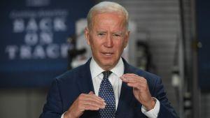 Joe Biden puhuu American Jobs Plan tapahtumassa Norfolkissa Virginiassa.