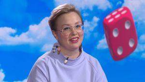 Lääkäri Anni Saukkola istuu Ylen Puoli seitsemän -ohjelman sohvalla studiossa.