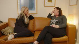 Nea istuu host-perheensä äidin Trishin kanssa sohvalla.