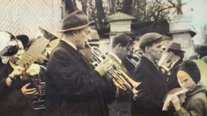 Allan Sihvola soittaa trumpettia kulkueessa Petroskoissa 1959.
