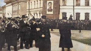 Allan Sihvola mukana Petroskoin vappuparaatissa 1950.