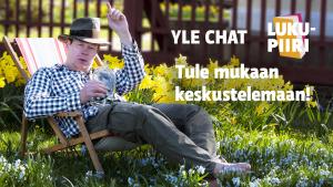 Toimittaja Jukka Kuosmanen eläytyy Lukupiirin Putkinotkon kesäpäivään aurinkotuolissa hattu vinossa ja kirkas pullo kädessään.