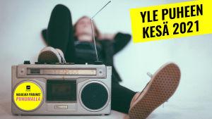 Kuvassa henkilö kuuntelee makuultaan radiota.