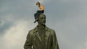 Mies istuu Leninin patsaan päällä (1991).