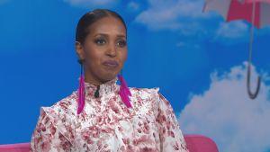 Ujuni Ahmed istuu Ylen Puoli seitsemän -ohjelman studiossa.