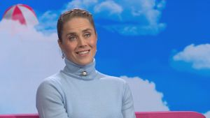 Tuuli Petäjä-Sirén hymyilee Puoli seitsemän -ohjelman studion sohvalla.