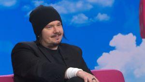 Happoradio-yhtyeen laulaja Aki Tykki kuvassa Puoli seitsemän -ohjelman studiossa.