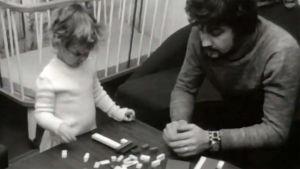 Isä leikkii lapsensa kanssa (1972).