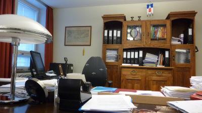 Hangös stadsdirektörs tomma stol och kontor.