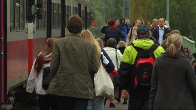 Y-tåget stannar på Sjundeå station.
