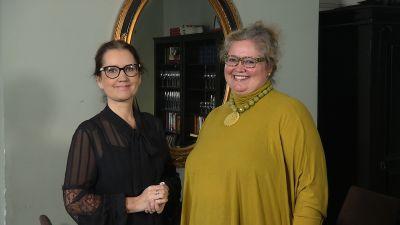 Pia-Maria Lehtola och Pia Maria Montonen framför en spegel med guldram