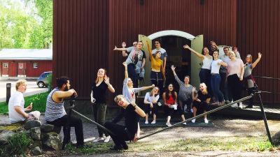 Vaskivuoren lukion kamarikuoro äänitystauolla Seutulan kappelin edustalla, toukokuu 2017.