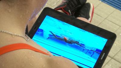 Eevi Bengs tittar på videoupptagning av sin simteknik.