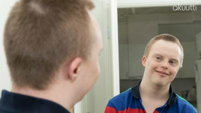 Tommi peilin edessä.