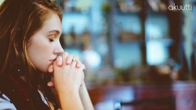 Nainen stressaantuneena.
