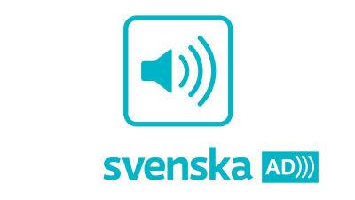 En högtalare med tre streck som symboliserar ljudsignaler inne i en turkos fyrkant med rundade hörn. Under fyrkanten ordet Suomi i turkost. Bredvid bokstäverna AD och tre streck som symboliserar ljudsignaler i vitt på turkost botten.