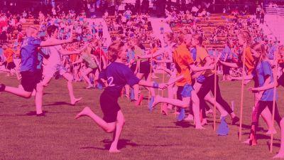Barn springer grässtafetten på Stafettkarnevalen.