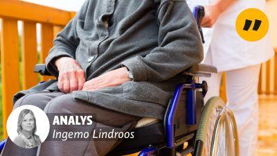 """En äldre person sitter i en rullstol som rullas fram av en skötare. På bilden finns texten """"Analys: Ingemo Lindroos""""."""