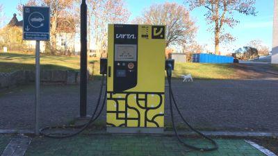 En gul laddningsstation för elbilar.