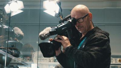 Ylen uutiskuvaaja Berislav Jurišić kamera olalla.