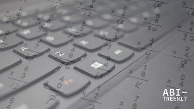 laskuja ja tietokoneen näppäimistö