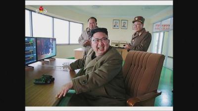 Nordkoreas ledare Kim Jong-Un övervakar en robottest.