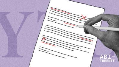 käsi piirtää korjausmerkintöjä paperille