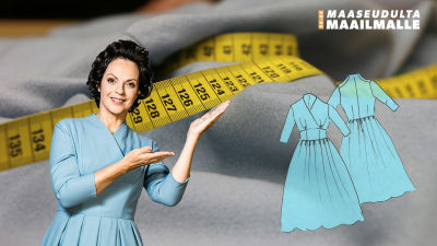 Anna-Liisa Tilus yllään sininen villamekko 50-luvulta. Kuvan taustalla sama mekko ja mittanauha, kuvan päällä piirroskuva mekosta.