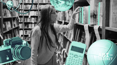 """nainen kirjahyllyjen välissä ottamassa kirjaa ja ympärillä erilaisia """"kiinnostuksenkohteita"""""""