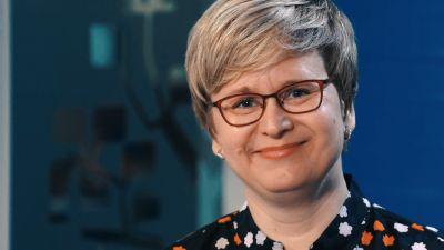 Toimittaja Mikaela Tillander hymyilee.