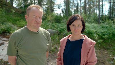 Ilkka Herlin och Saara Kankaanrinta står ute i naturen.