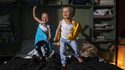 Två pojkar som hoppar och dansar