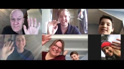 Skådespelarna i Raseborgs sommarteater 2020 repeterar över videolänk. Bilden är uppdelad i sex små rutor, i de olika rutorna ler skådespelarna och vinkar mot kameran.