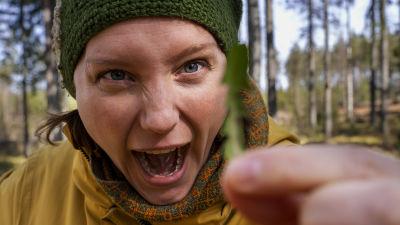 Nora Gullmets med ett maskrosblad.