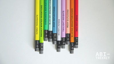 värikkäitä kyniä rivissä