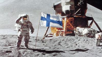suomen lippu kuussa